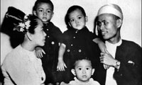 Aung San Suu Kyi - Aged 2 with her family
