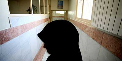 A female prison guard stands in a corridor in Tehran's Evin Prison. | Photo: Morteza Nikoubazi/Reuters