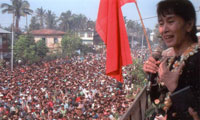 Aung San Suu Kyi on balcony addressing thousands of monks as they walk past her home