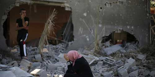 A Palestinian woman reacts upon seeing her destroyed house in Beit Hanoun town, which witnesses said was heavily hit by Israeli shelling and air strikes during an Israeli offensive, in the northern Gaza Strip August 1, 2014. REUTERS/Suhaib Salem