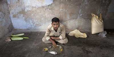 An unmarried man eats his lunch in the remote village of Siyani | Photo: Reuters/Vivek Prakash